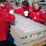 Tusindvis af glas med vand og energidrik blev gjort klar før start - men løberne var tørstige, MEGET tørstige!