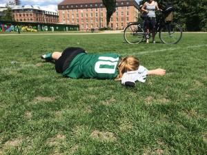 En træt 10'er efter kamp dagen efter sommerfesten